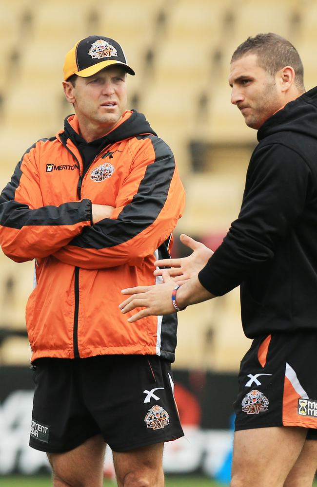 Mick Potter talks to Robbie Farah during Wests Tigers training.