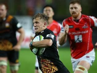 Damian McKenzie of the Chiefs runs home a try during the Round 10 Super Rugby match between the Chiefs and the Sunwolves at Waikato Stadium in Hamilton, New Zealand, Saturday, April 29, 2017. (AAP Image/ David Rowland) NO ARCHIVING, EDITORIAL USE ONLY