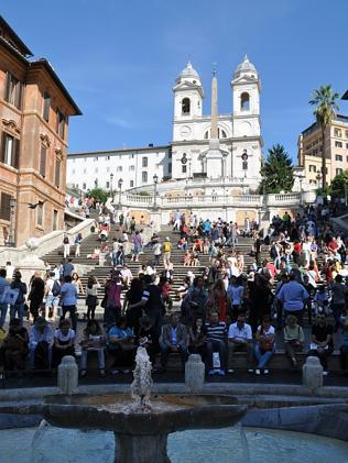 Watch out for thieves: tourists at the Staircase of Trinita dei Monti, aka the Spanish Steps.