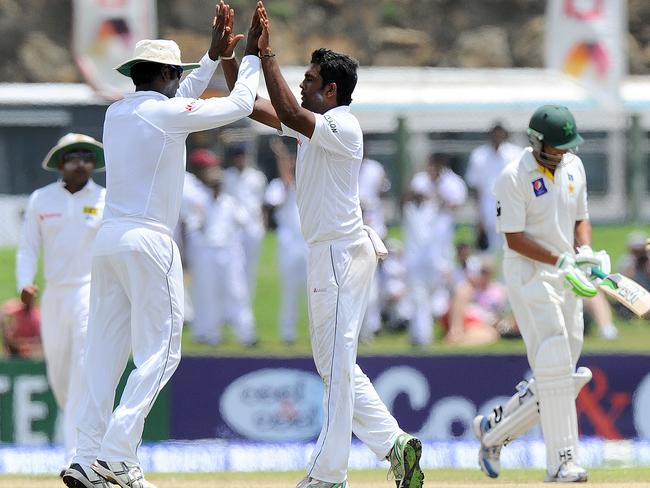 Sri Lankan Dilruwan Perera (2R) celebrates after finally dismissing Pakistan batsman Younis Khan.