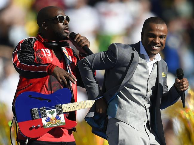 Wyclef Jean (L) and Brazilian singer Alexandre Pires perform before the final.