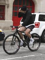 <p>Who wears short shorts? Alec Baldwin does. Apparently he multi-tasks well too! Picture: Snappermedia</p>