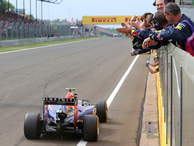 Team cheers on Ricciardo as he crosses the line.