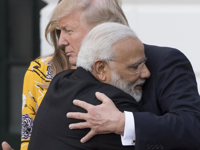 US President Donald Trump and First Lady Melania Trump bid farewell to Indian Prime Minister Narendra Modi on the South Lawn of the White House in Washington, DC, June 26, 2017, following meetings and dnner. / AFP PHOTO / SAUL LOEB