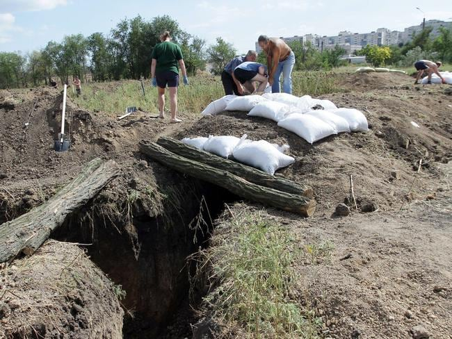 Residents of Mariupol dig trenches and make fortifications with sandbags as they assist Ukrainian troops in organising their defence. Picture: Anatolii Boiko