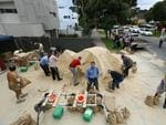 A rush for sandbags at the Burnside CFS station. Picture: Tait Schmaal.