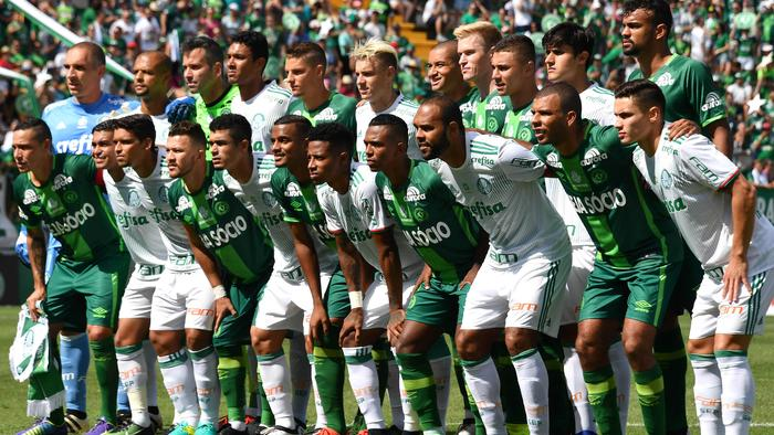 The new players of Chapecoense pose before a friendly football match against Palmeiras -Brazilian Champion 2016- at the Arena Conda stadium in Chapeco, Santa Catarina state, in southern Brazil on January 21, 2017. Most of the members of the Chapocoense football team perished in a November 28, 2016 plane crash in Colombia. / AFP PHOTO / NELSON ALMEIDA