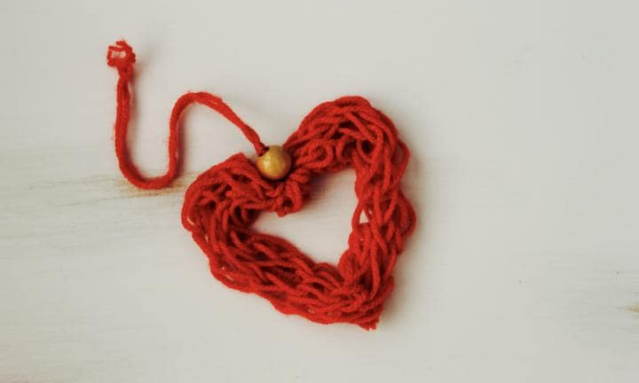 How to finger knit a heart ornament