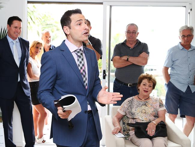 Auctioneer Vic Lorusso calling for bids at 4/1 Cove Ave, Manly which sold for $2.72 million.