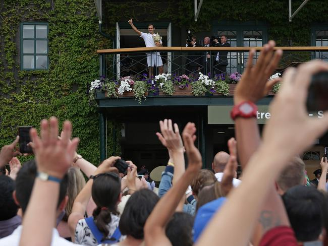 Roger Federer salutes the crowd.