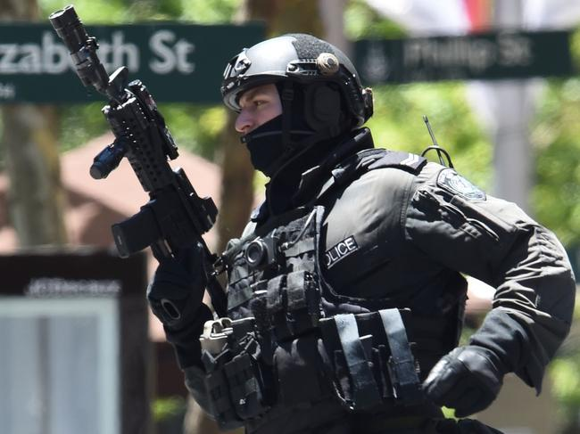 (FILES) This file photo taken on December 15, 2014 shows an armed policeman seen outside a cafe in the central business district of Sydney during a siege.  Police underestimated the threat posed by a self-styled Islamic cleric during a Sydney cafe siege and took too long to storm the building, an inquest found on May 24, 2017, but it absolved them of blame for two deaths. / AFP PHOTO / SAEED KHAN