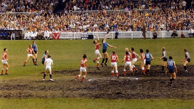 Sturt takes on North Adelaide in the 1973 SANFL qualifying final. Ah, the days of the mudbowl in the centre.