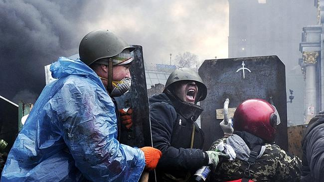 Tactics ... protesters advance to new positions in Kiev on February 20, 2014. Ukraine's Interior Ministry says 67 police troops have been captured by protesters in Kiev. Picture: Louisa Gouliamaki