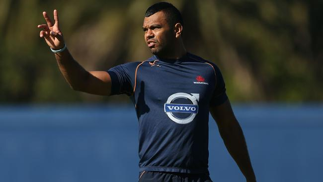 Kurtley Beale gives instructions to teammates during a Waratahs Super Rugby training session.