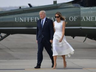 US President Donald Trump and First Lady Melania Trump make their way to board Air Force One before departing from Ben Gurion International Airport in Tel Aviv on May 23, 2017. / AFP PHOTO / MANDEL NGAN