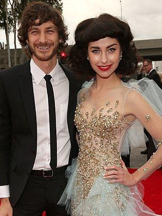 Gotye and Kimbra strutt their stuff on the red carpet.