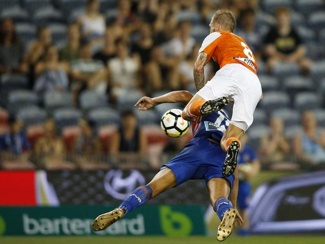 Jacob Pepper crunches Andrew Nabbout.