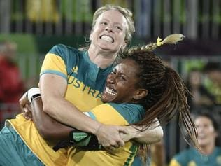 TOPSHOT - Australia's Ellia Green lifts up a teammate as they celebrate victory in the women's rugby sevens gold medal match between New Zealand and Australia during the Rio 2016 Olympic Games at Deodoro Stadium in Rio de Janeiro on August 8, 2016. / AFP PHOTO / PHILIPPE LOPEZ