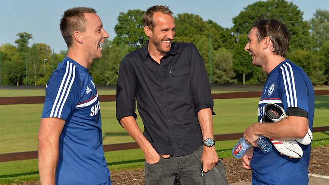 Goalkeeper Mark Schwarzer (C) with his new Chelsea teammates John Terry (L) and Frank Lampard.