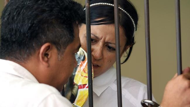 Behind bars ... New Zealander Leeza Ormsby in the cell at Denpasar District Court talking to Ary Soenardi, her lawyer.