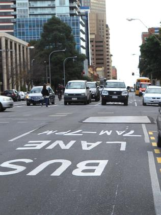The report urges allowing cars into bus lanes outside peak.