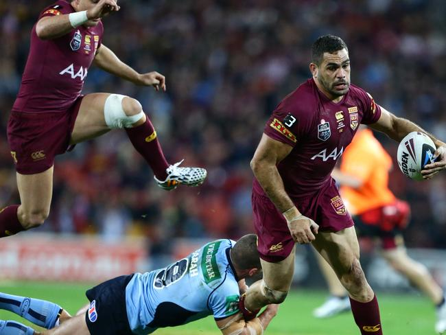 Queensland's Greg Inglis tries to break the tackle of NSW hooker Robbie Farah during State of Origin III.