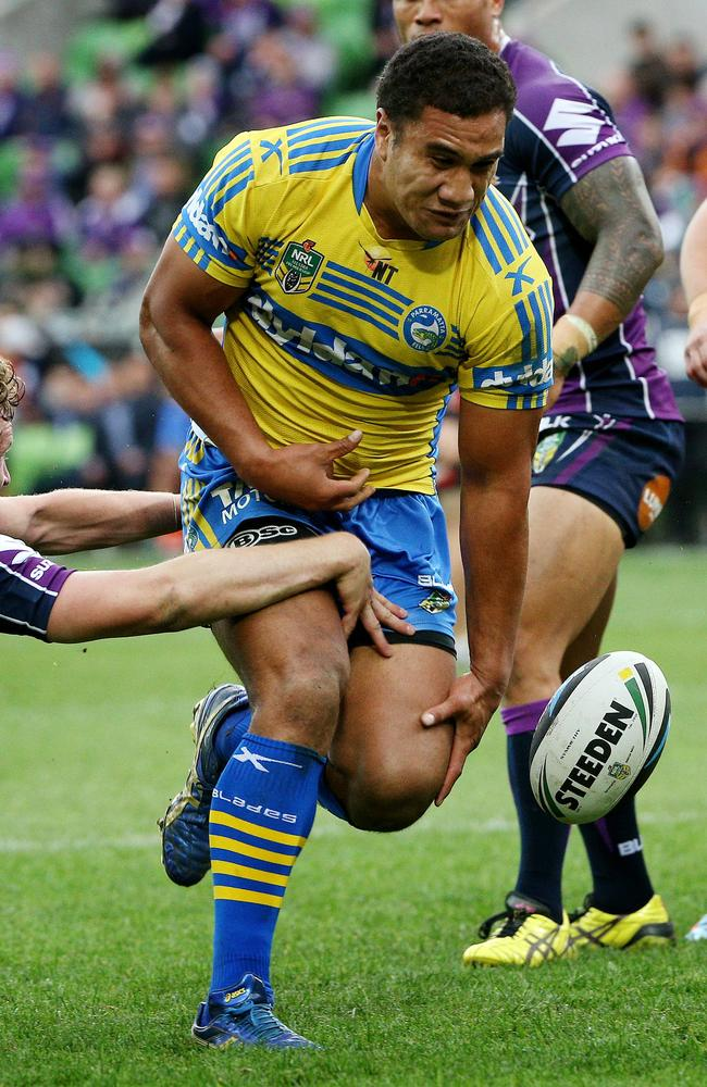 Peni Terepo attempts to ground the ball.