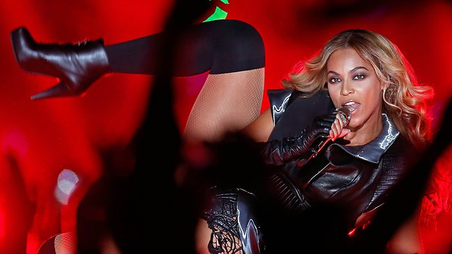 Beyonce Scraching Her Vagina