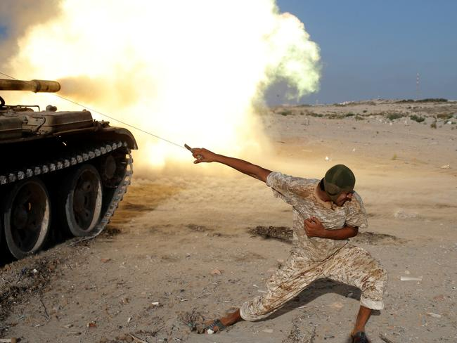 A fighter of Libyan forces allied with the U.N.-backed government fires a shell with Soviet made T-55 tank at Islamic State fighters in Sirte, Libya, August 2, 2016. REUTERS/Goran Tomasevic     TPX IMAGES OF THE DAY      - RTSKR12