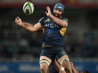 Scott Fardy of the Brumbies delivers the ball from the line out to Tomas Cubelli during the Round 8 Super Rugby match between the NSW Waratahs and the ACT Brumbies at Allianz Stadium in Sydney, Saturday, April 16, 2016. (AAP Image/Dean Lewins) NO ARCHIVING, EDITORIAL USE ONLY