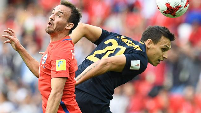 TOPSHOT - Chile's midfielder Jose Fuenzalida (L) vies with Australia's defender Trent Sainsbury during the 2017 Confederations Cup group B football match between Chile and Australia at the Spartak Stadium in Moscow on June 25, 2017. / AFP PHOTO / Kirill KUDRYAVTSEV