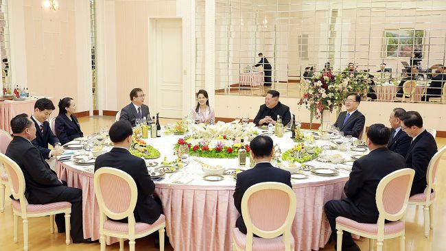 """TOPSHOT - This handout from the presidential Blue House taken on March 5, 2018 shows North Korean leader Kim Jong Un (R from center) talking with South Korean delegation, who travelled as envoys of the South's President Moon Jae-in, during a dinner in Pyongyang. North Korean leader Kim Jong Un discussed ways to ease tensions on the peninsula with visiting South Korean envoys, the state KCNA news agency reported on March 6. / AFP PHOTO / The Blue House AND AFP PHOTO / handout / RESTRICTED TO EDITORIAL USE - MANDATORY CREDIT """"AFP PHOTO / THE BLUE HOUSE"""" - NO MARKETING NO ADVERTISING CAMPAIGNS - DISTRIBUTED AS A SERVICE TO CLIENTS"""