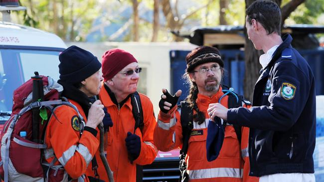 A police officer briefs members of the SES before resuming the search for 23-year-old Gary Tweddle who was last seen leaving the Fairmont Resort in Leura in the early hours of last Tuesday. Picture: Matthew Sullivan
