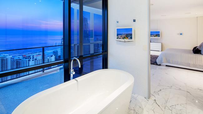 Take a bath overlooking the Surfers Paradise skyline.