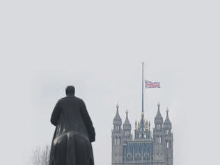 A Union flag flies at half mast from the Houses of Parliament on March 23, 2017. Seven people have been arrested including in London and Birmingham over Wednesday's terror attack at the British parliament, the police said today, revising down the number of victims to three people. / AFP PHOTO / Daniel LEAL-OLIVAS