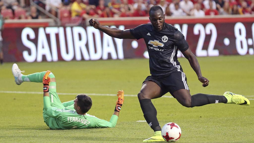 Manchester United forward Romelu Lukaku (R).