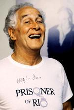 "British fugitive Ronald ""Ronnie"" Biggs wearing a prisoner of Rio T-shirt in Rio de Janeiro in 1992."