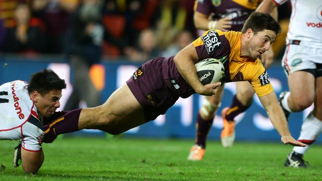 Ben Hunt takes on the Warriors defence.