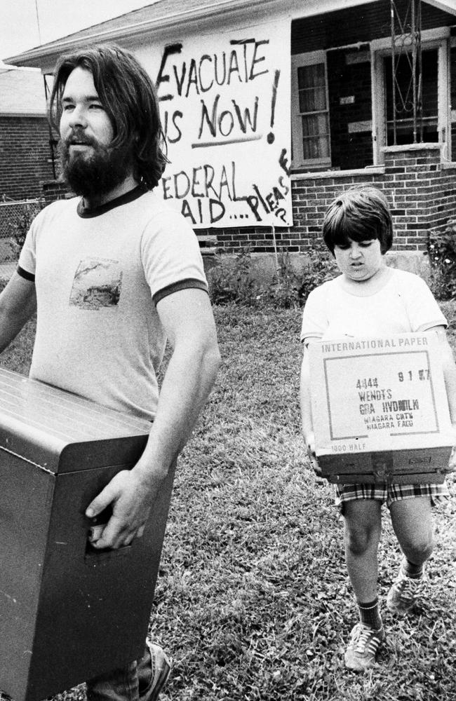 Keith Moyer, left, and his brother Darrell move boxes of belongings to a car as the family prepared to leave their home in the chemically contaminated Love Canal neighbourhood of Niagara Falls, N.Y in 1978. (AP Photo/MGO)