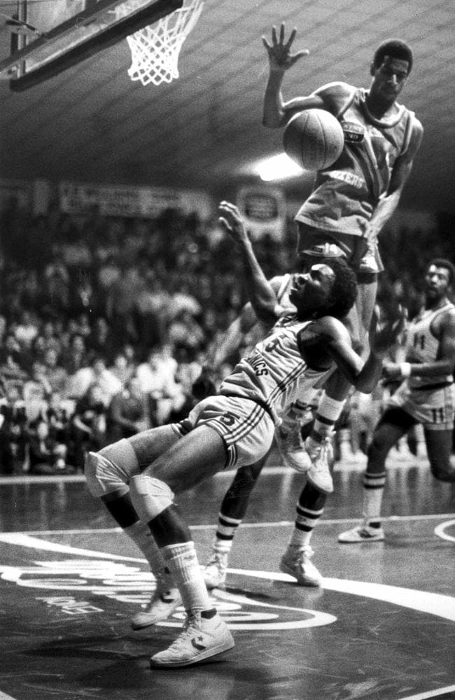 Tiny Pinder and Bill Jones during an Adelaide 36ers-Sydney Supersonics match at Apollo Stadium.