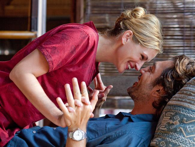 Julia Roberts as Elizabeth Gilbert and Javier Bardem as Felipe in Eat, Pray, Love.