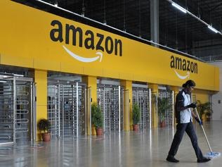 An Indian employee cleans the floor inside Amazon's largest Fulfillment Centre (FC) in India, on the outskirts of Hyderabad on September 7, 2017. / AFP PHOTO / NOAH SEELAM