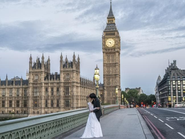 Marta kisses her new hubby in front of Big Ben in London. Picture: Keow Wee Loong/Caters News Agency