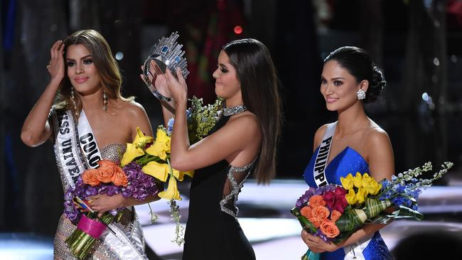 Miss Colombia has her crown removed after incorrectly being awarded the Miss Universe crown, as Miss Philippines looks on. Picture: Ethan Miller/Getty Images.