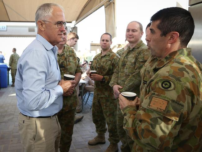 Debrief with the chief ... Prime Minister Malcolm Turnbull meets with troops ahead of his visit to Iraq. Photo: Alex Ellinghausen