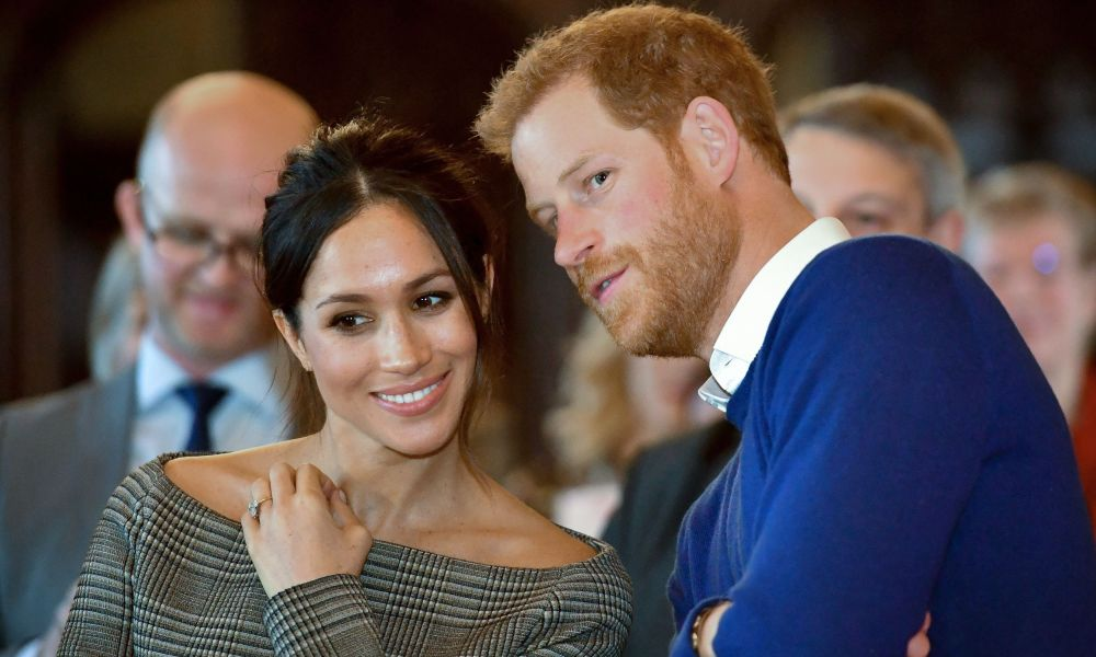 TOPSHOT - Britain's Prince Harry and his fiancée US actress Meghan Markle watch a dance performance by Jukebox Collective during a visit at Cardiff Castle in Cardiff, south Wales on January 18, 2018, for a day showcasing the rich culture and heritage of Wales. / AFP PHOTO / POOL / Ben Birchall