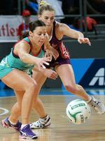 Madi Robinson (Vixens) and Gabi Simpson (Firebirds) contest for a loose ball. Picture: Norm Oorloff
