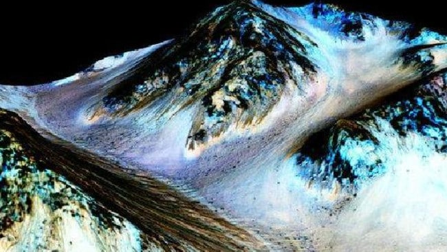 Dark, narrow, 100 meter-long streaks called recurring slope lineae flowing downhill on Mars are formed by flowing water. Picture: NASA/JPL/University of Arizona