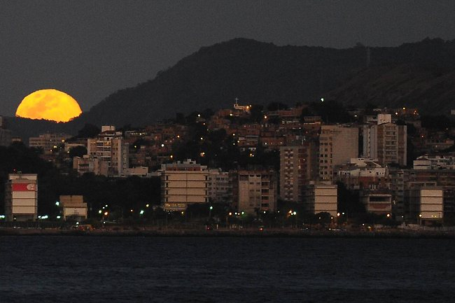 The full Moon - or 'Blue Moon' - rises over Rio de Janeiro on August 31, 2012. Photo: AFP