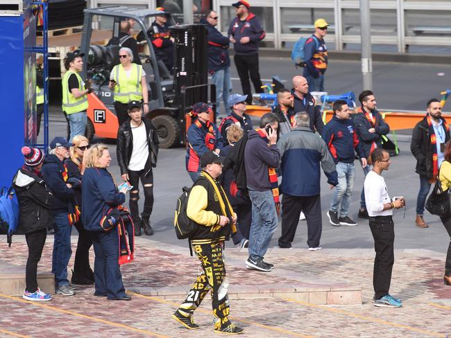 Football fans watch as the police bomb squad inspect the car and package on Flinders Street in Melbourne. Picture: Tony Gough